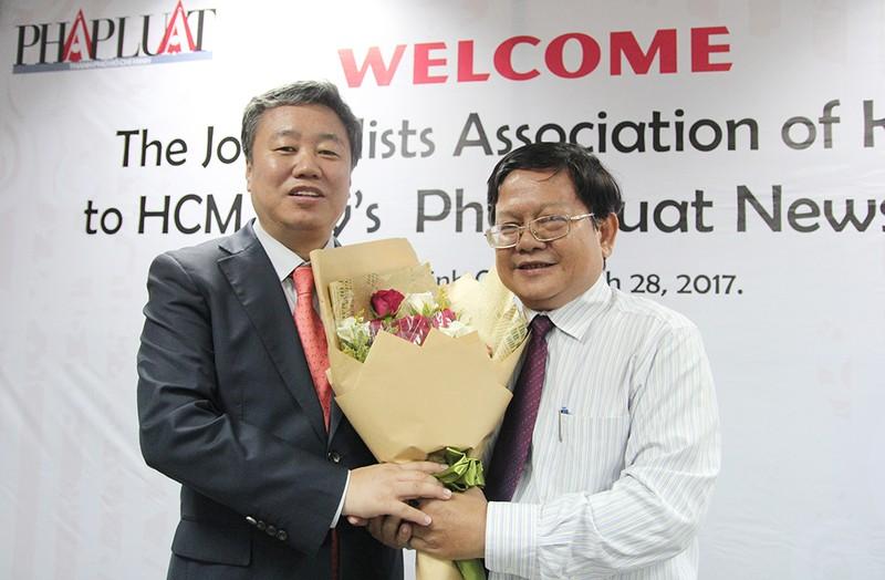 Đoàn Hội nhà báo Hàn Quốc thăm báo Pháp Luật TP.HCM - ảnh 2