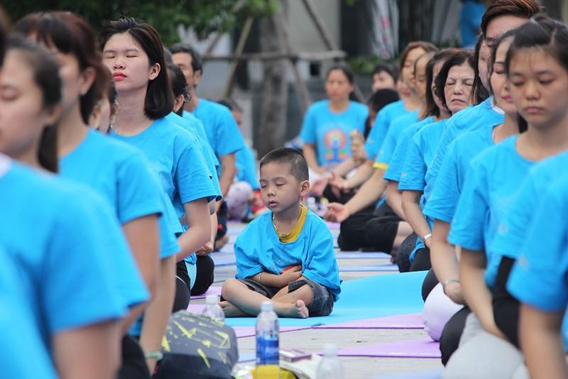 Gần 2.000 người trình diễn yoga ở phố đi bộ Nguyễn Huệ - ảnh 10