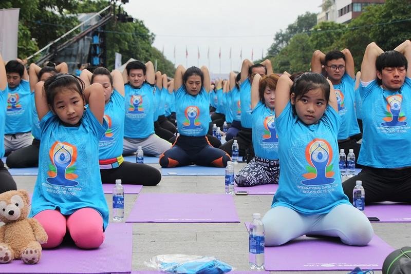 Gần 2.000 người trình diễn yoga ở phố đi bộ Nguyễn Huệ - ảnh 5
