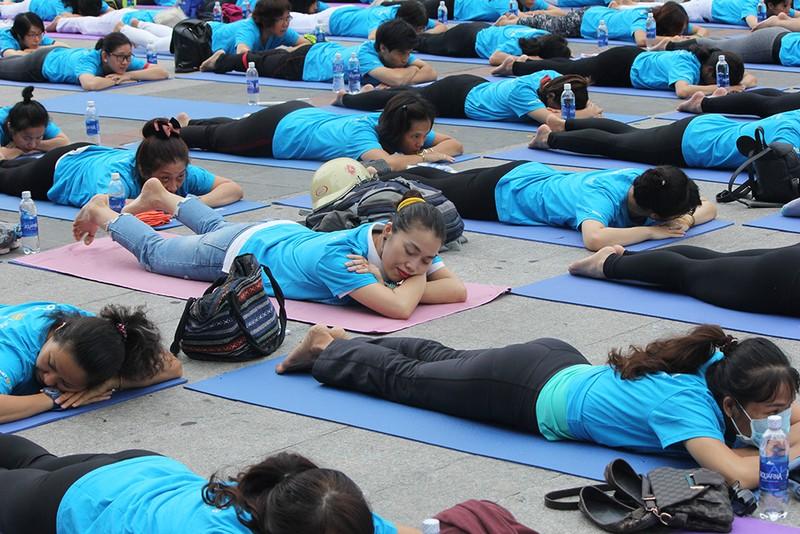 Gần 2.000 người trình diễn yoga ở phố đi bộ Nguyễn Huệ - ảnh 6