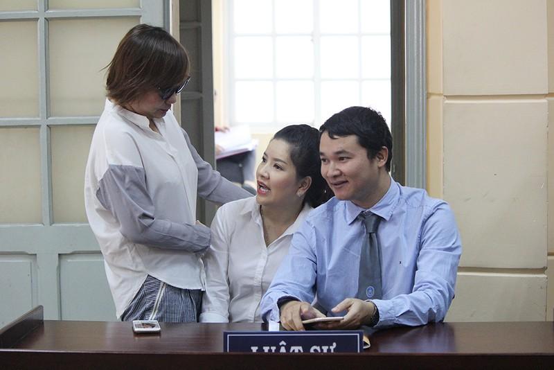 Nghệ sĩ đến tòa mừng diễn viên Ngọc Trinh thắng kiện - ảnh 5