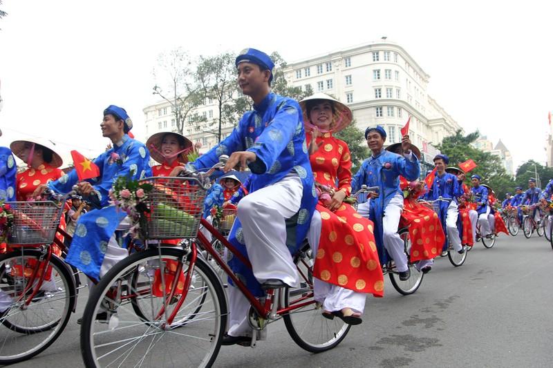 Chùm ảnh: 100 cặp rước dâu bằng xe đạp trong ngày 2-9 - ảnh 10