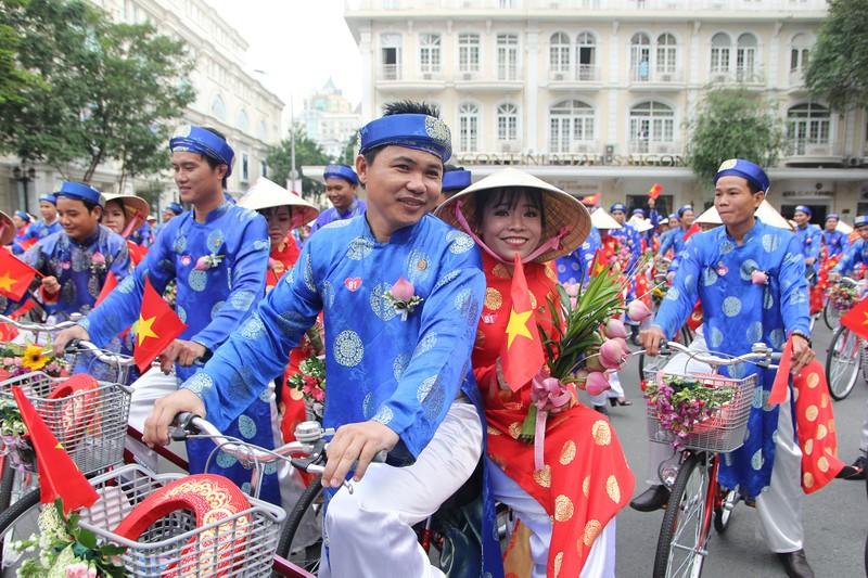 Chùm ảnh: 100 cặp rước dâu bằng xe đạp trong ngày 2-9 - ảnh 9