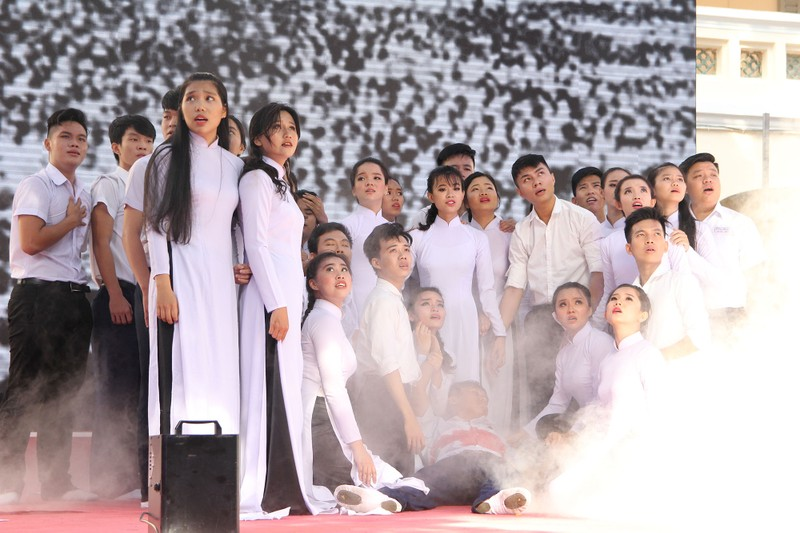 Nữ sinh Lê Hồng Phong rạng rỡ trong ngày khai giảng - ảnh 8
