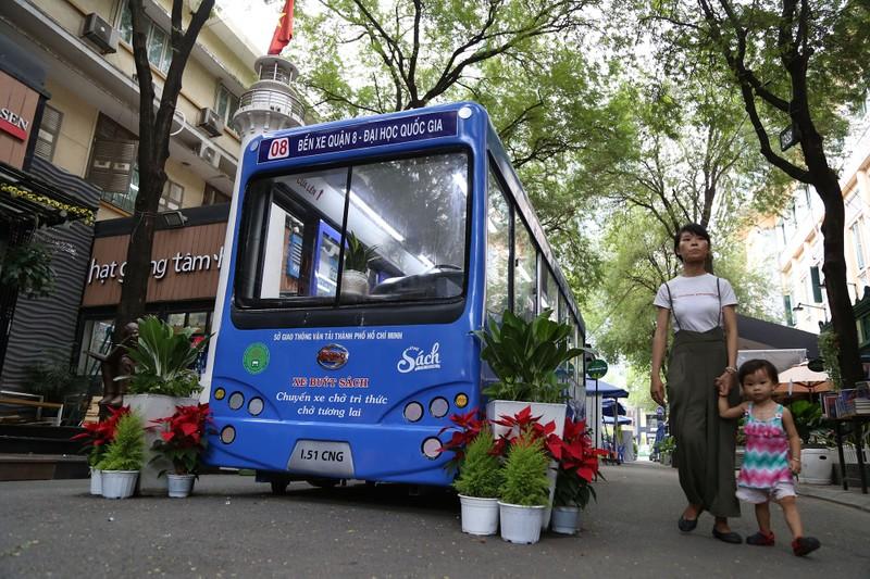 Cận cảnh loại hình xe buýt sách đầu tiên ở TP.HCM - ảnh 1
