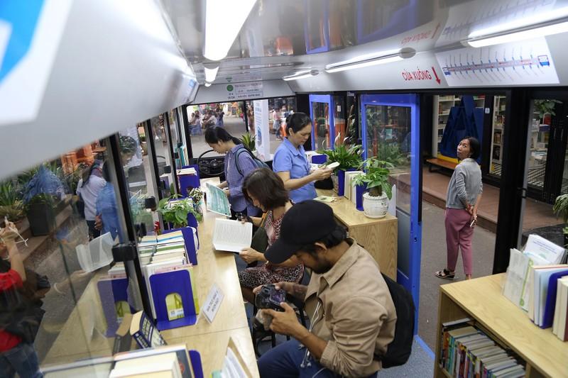 Cận cảnh loại hình xe buýt sách đầu tiên ở TP.HCM - ảnh 2