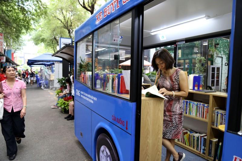 Cận cảnh loại hình xe buýt sách đầu tiên ở TP.HCM - ảnh 4