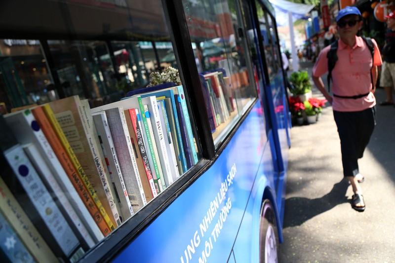 Cận cảnh loại hình xe buýt sách đầu tiên ở TP.HCM - ảnh 7