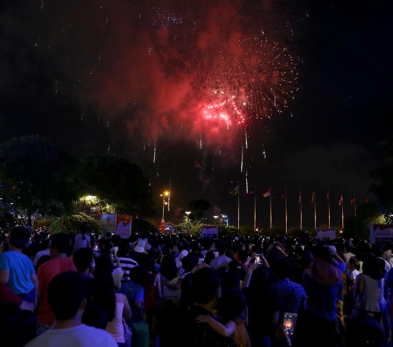 Pháo hoa rực sáng TP.HCM mừng 43 năm thống nhất đất nước - ảnh 12