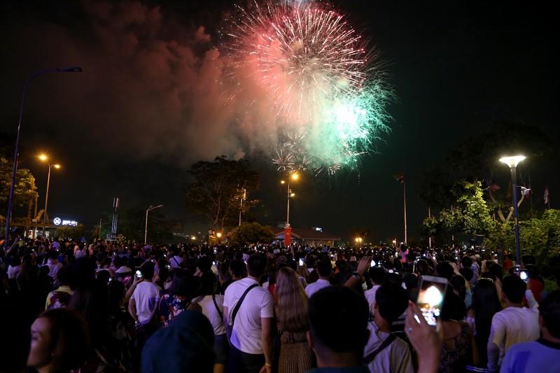 Pháo hoa rực sáng TP.HCM mừng 43 năm thống nhất đất nước - ảnh 3