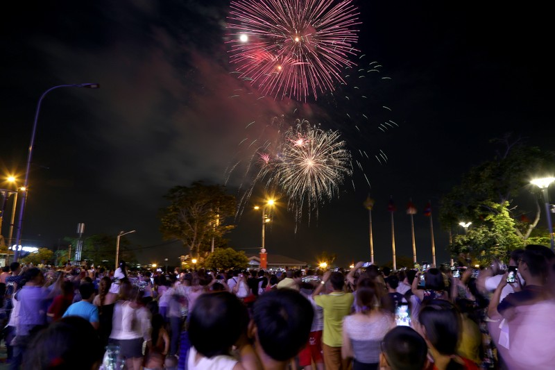 Pháo hoa rực sáng TP.HCM mừng 43 năm thống nhất đất nước - ảnh 4