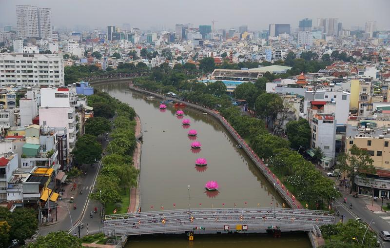 7 đóa sen khổng lồ 'mọc' trên kênh Nhiêu Lộc mừng Phật đản - ảnh 1