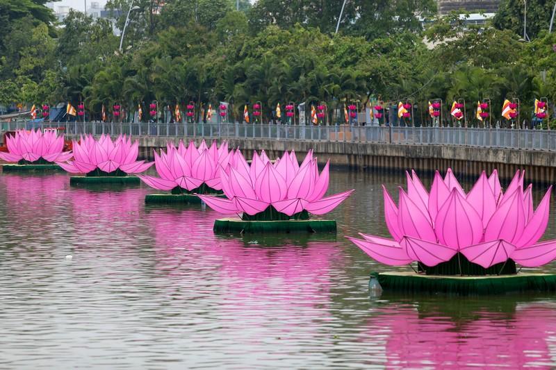 7 đóa sen khổng lồ 'mọc' trên kênh Nhiêu Lộc mừng Phật đản - ảnh 2