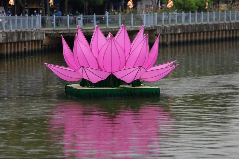 7 đóa sen khổng lồ 'mọc' trên kênh Nhiêu Lộc mừng Phật đản - ảnh 3