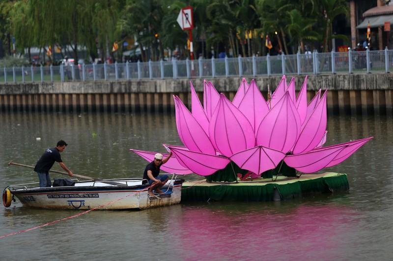7 đóa sen khổng lồ 'mọc' trên kênh Nhiêu Lộc mừng Phật đản - ảnh 4