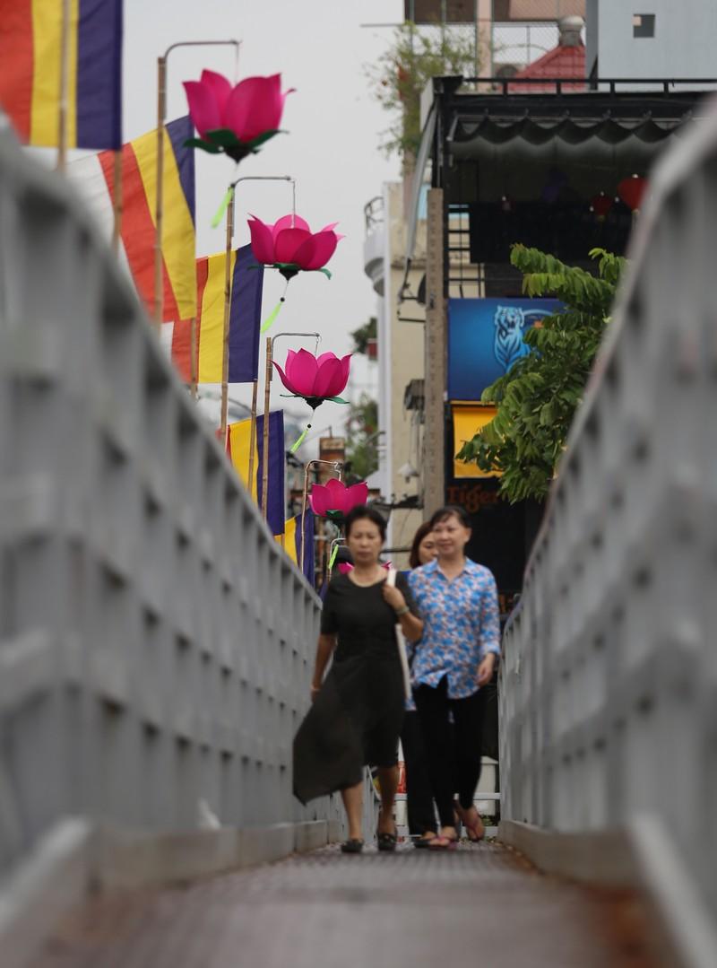 7 đóa sen khổng lồ 'mọc' trên kênh Nhiêu Lộc mừng Phật đản - ảnh 6
