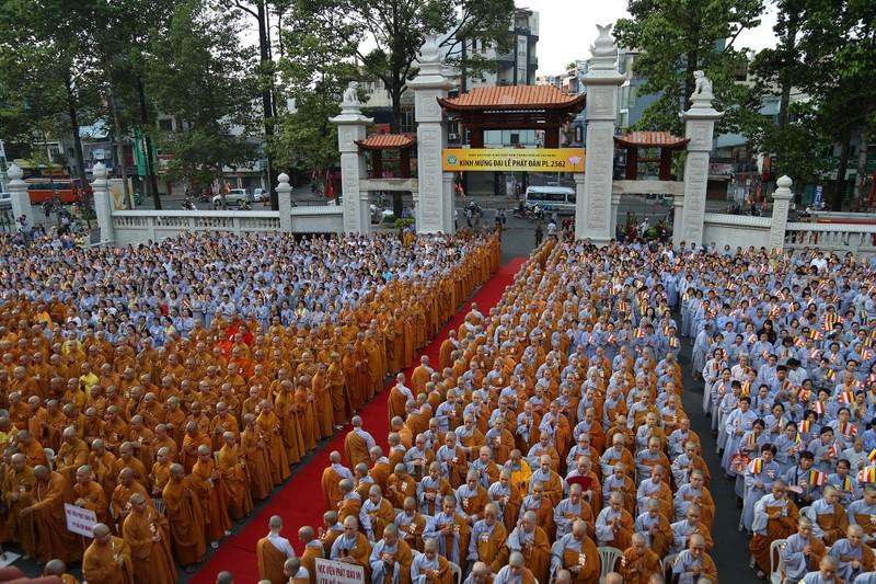 Hàng ngàn người mừng Phật đản tại Việt Nam Quốc Tự - ảnh 1