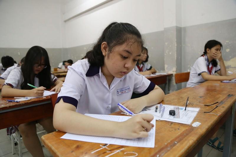 Học sinh rạng rỡ vượt qua môn thi đầu tiên vào lớp 10 - ảnh 10