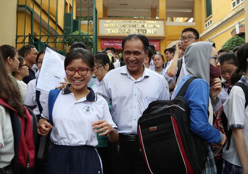 Học sinh rạng rỡ vượt qua môn thi đầu tiên vào lớp 10 - ảnh 13