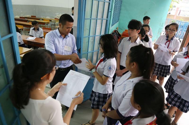 Học sinh rạng rỡ vượt qua môn thi đầu tiên vào lớp 10 - ảnh 8