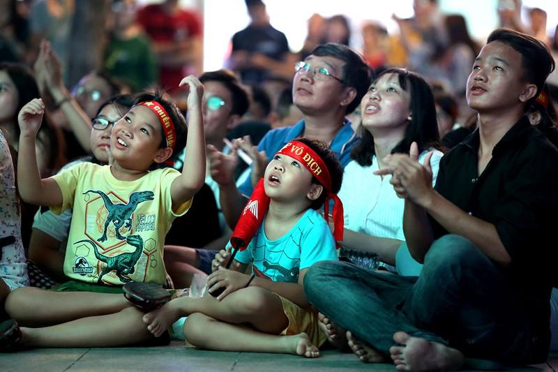 Cổ động viên thót tim xem Olympic Việt Nam làm nên lịch sử - ảnh 12