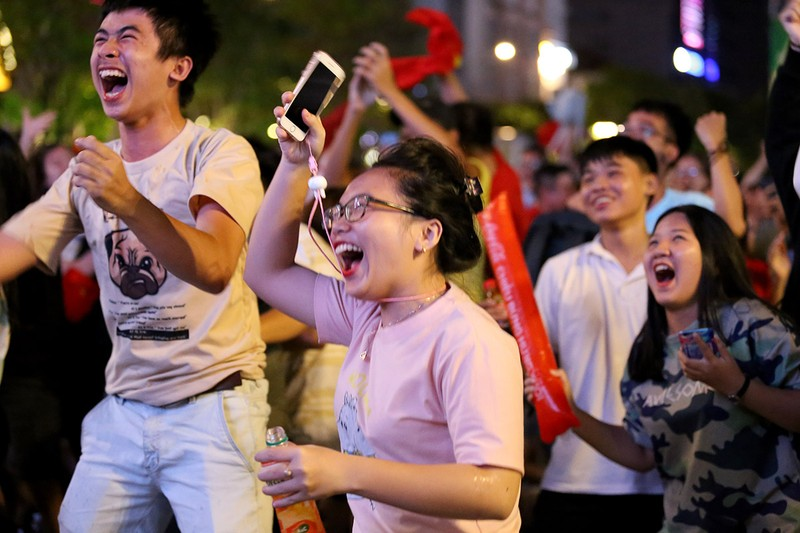 Cổ động viên thót tim xem Olympic Việt Nam làm nên lịch sử - ảnh 13