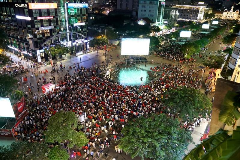 Cổ động viên thót tim xem Olympic Việt Nam làm nên lịch sử - ảnh 1