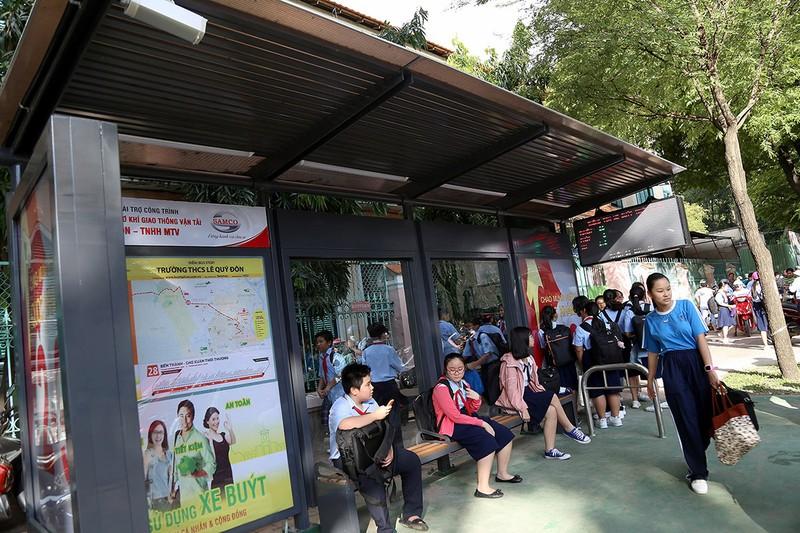 Cận cảnh nhà chờ xe buýt kiểu mới hiện đại ở Sài Gòn - ảnh 1