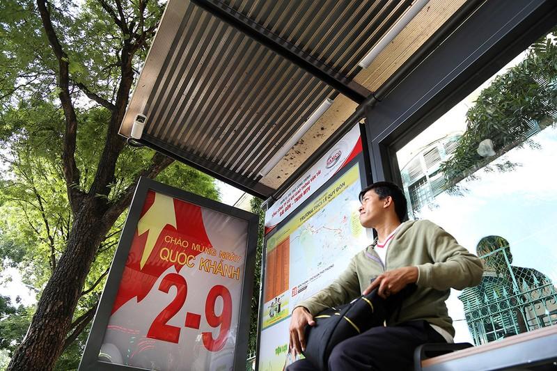 Cận cảnh nhà chờ xe buýt kiểu mới hiện đại ở Sài Gòn - ảnh 2