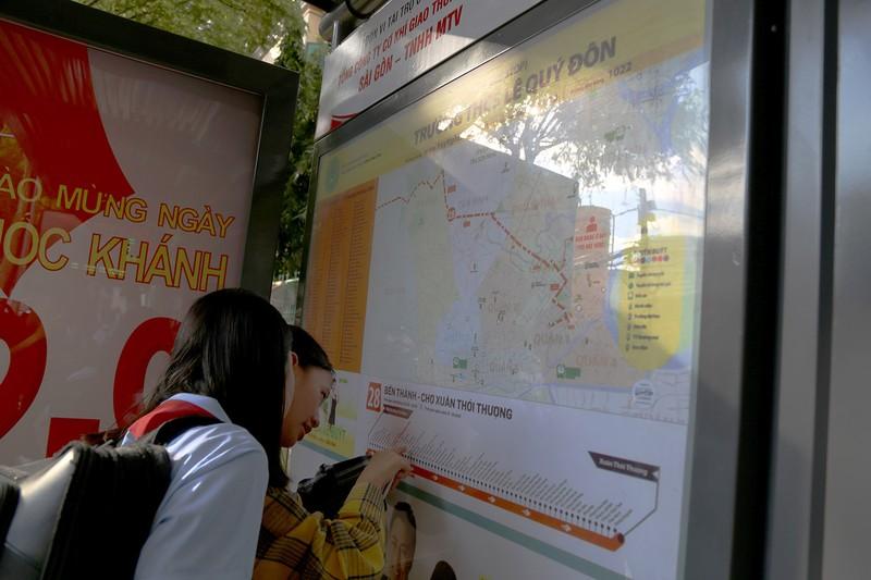 Cận cảnh nhà chờ xe buýt kiểu mới hiện đại ở Sài Gòn - ảnh 5