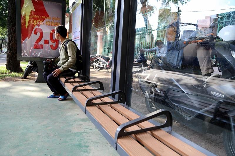 Cận cảnh nhà chờ xe buýt kiểu mới hiện đại ở Sài Gòn - ảnh 6