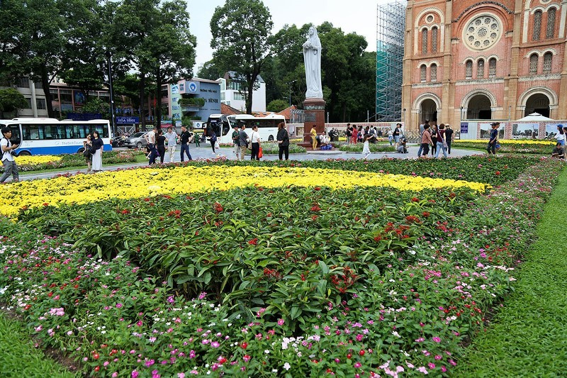 Công viên trước nhà thờ Đức Bà thay áo mới - ảnh 2