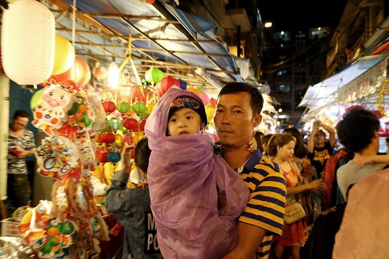 Cận cảnh hàng trăm người đội mưa chụp hình ở phố lồng đèn - ảnh 11