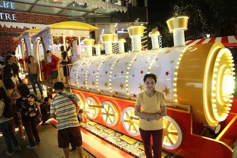 Người Sài Gòn rộn rã xuống phố đón Noel sớm - ảnh 9