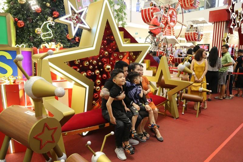 Người Sài Gòn rộn rã xuống phố đón Noel sớm - ảnh 10