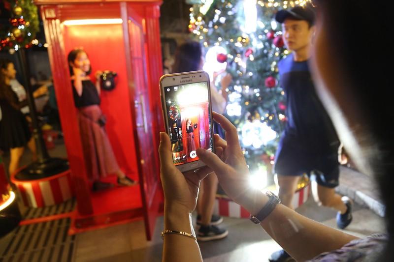Người Sài Gòn rộn rã xuống phố đón Noel sớm - ảnh 12