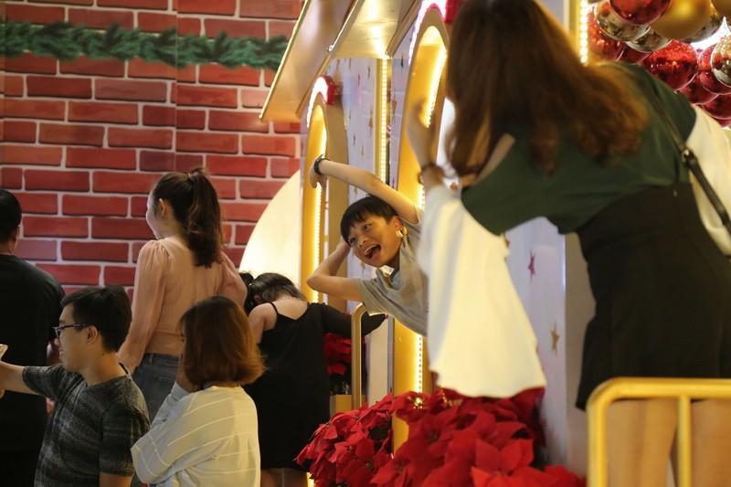 Người Sài Gòn rộn rã xuống phố đón Noel sớm - ảnh 14