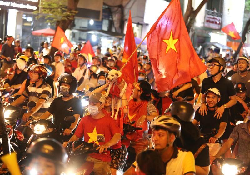Cờ Việt - Hàn tung bay trên phố đi bộ cổ vũ đội tuyển  - ảnh 10