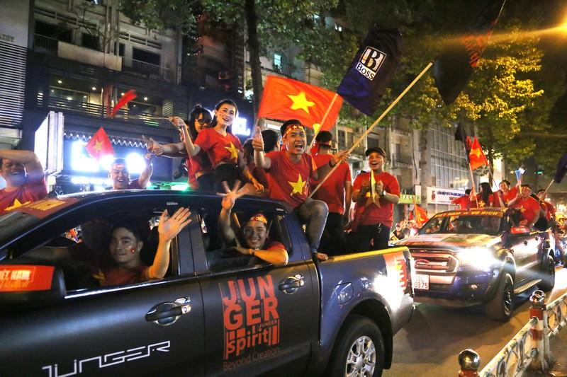 Cờ Việt - Hàn tung bay trên phố đi bộ cổ vũ đội tuyển  - ảnh 11
