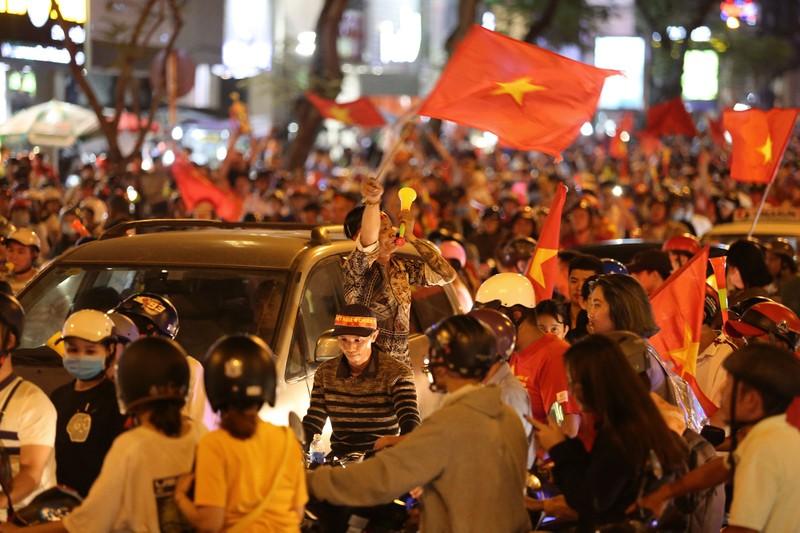 Cờ Việt - Hàn tung bay trên phố đi bộ cổ vũ đội tuyển  - ảnh 12