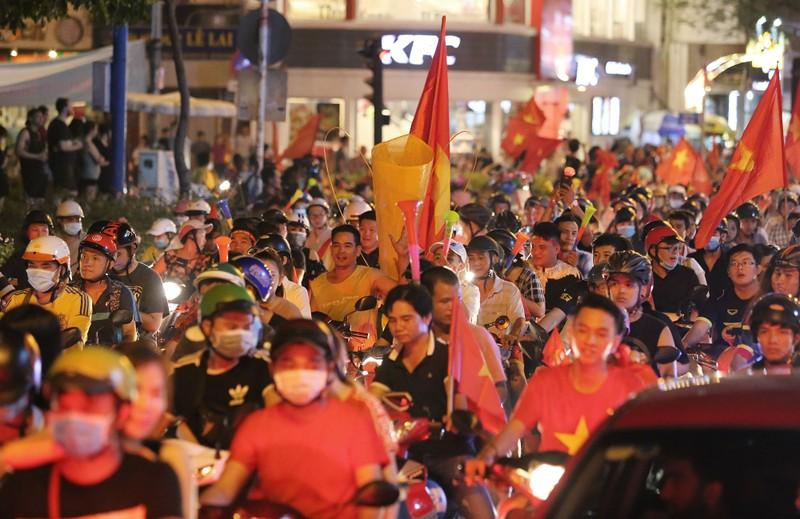 Cờ Việt - Hàn tung bay trên phố đi bộ cổ vũ đội tuyển  - ảnh 13