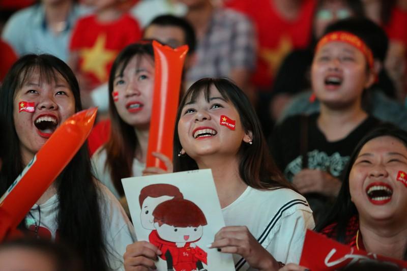 Cờ Việt - Hàn tung bay trên phố đi bộ cổ vũ đội tuyển  - ảnh 3