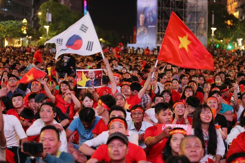 Cờ Việt - Hàn tung bay trên phố đi bộ cổ vũ đội tuyển  - ảnh 5