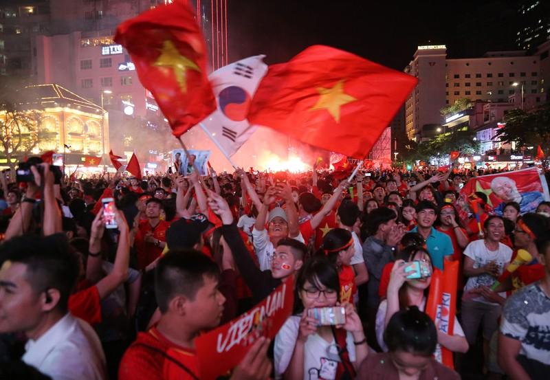 Cờ Việt - Hàn tung bay trên phố đi bộ cổ vũ đội tuyển  - ảnh 7