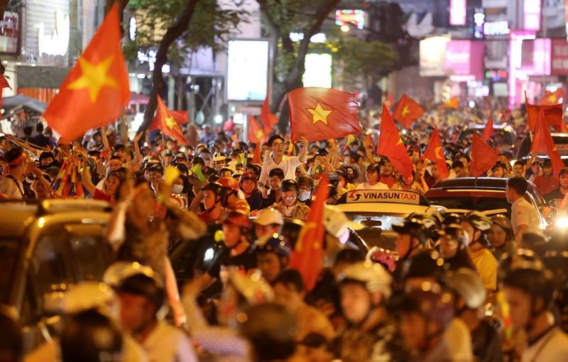 Cờ Việt - Hàn tung bay trên phố đi bộ cổ vũ đội tuyển  - ảnh 8