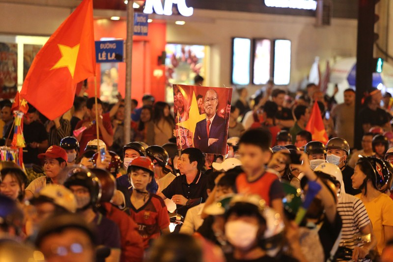 Cờ Việt - Hàn tung bay trên phố đi bộ cổ vũ đội tuyển  - ảnh 9