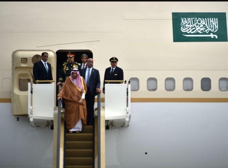 Vua Ả Rập đem 2 thang máy mạ vàng, 100 xe sang tới Nhật - ảnh 1