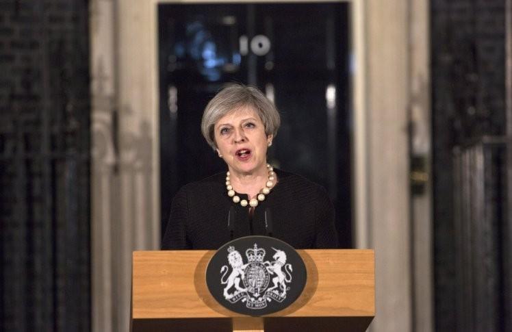 Thủ tướng Anh được giải cứu cách nơi khủng bố gần 40 m - ảnh 1
