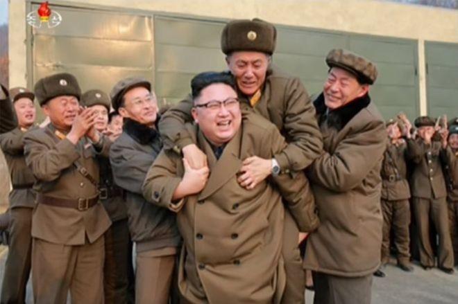 Bức ảnh ông Kim Jong-un cõng 'người lạ mặt' gây xôn xao - ảnh 1