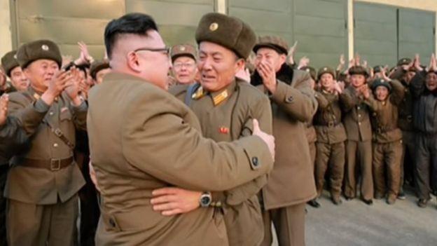Bức ảnh ông Kim Jong-un cõng 'người lạ mặt' gây xôn xao - ảnh 2